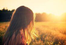 Włosy przesuszają się m.in. pod wpływem słońca czy wiatru